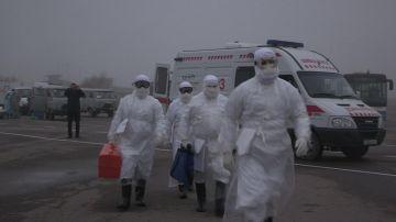 Эпидемиологи направляются к воздушному судну, где находится больной с подозрением на лихорадку Эбола