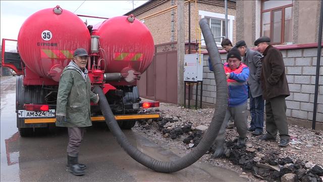 """Выкачивание воды на 112 квартале """"ассенизатором"""""""