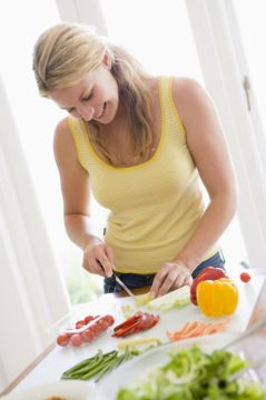 Коза любит простую растительную пищу: овощи, фрукты, зелень