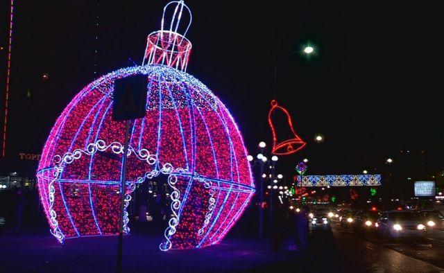 Перед новогодними праздниками город преображается