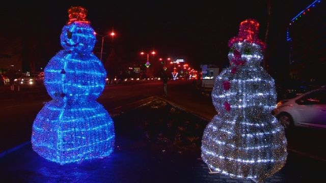 Блестящие снеговики, словно живые, смотрят на прохожих искрящимися глазами, лукаво подмигивая горожанам и гостям Шымкента