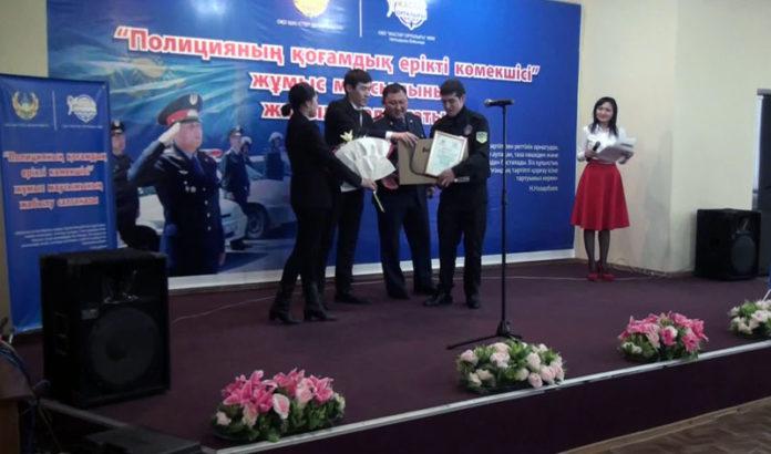 Студенты помогают полицейским охранять общественный порядок в Шымкенте