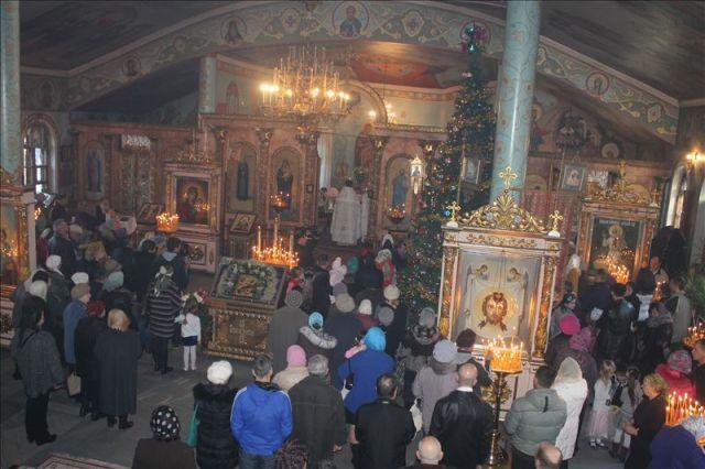 На торжественную литургию собрались сотни верующих