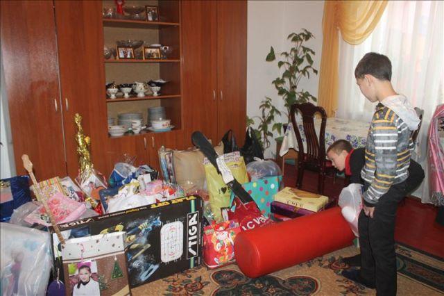Дети с удовольствием выгрузили подарки в гостиной