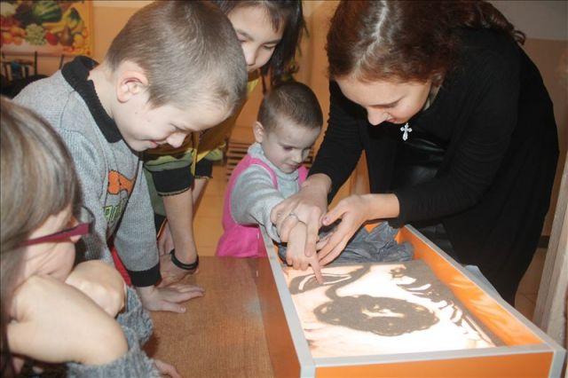 Рисовать на песке - занятие довольно трудное, но с помощью взрослых доступное...