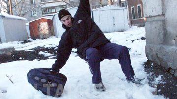 Жители Шымкента пешком добираются на работу, падая на гололеде