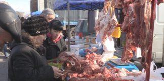 Люди запасались овощами, мясом и колбасными изделиями