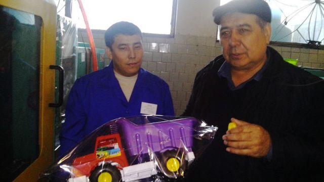 Шухрат Юлдашев с гордостью демонстрирует возможности своего мини-завода