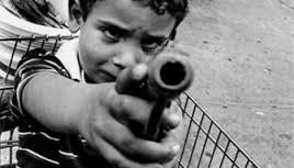 Семилетний ребенок выстрелил из пистолета в пятилетнего брата