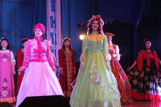 Гостей на праздничную сцену выводила волшебница Весна