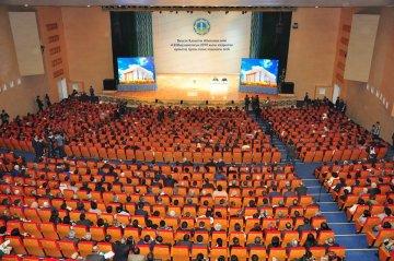Свыше 1700 человек собрались в зале торжеств, чтобы услышать, как в области решаются коммунальные и социальные вопросы, проблемы сферы здравоохранения и образования.