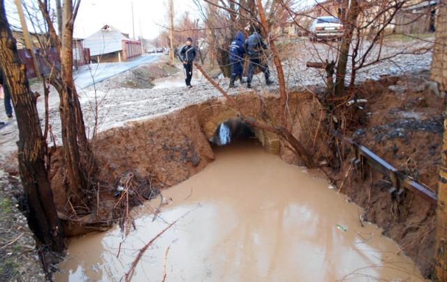 В Шымкенте началась очистка ирригационных каналов несмотря на минусовую температуру