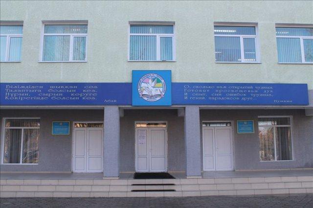 После капитального ремонта парадный вход пушкинской гимназии украшают строки Александра Пушкина
