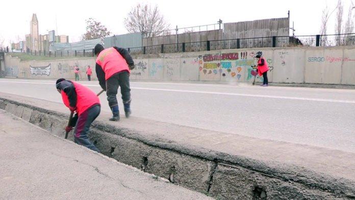 После сошедшего снега в городе началась уборка дорог и арыков