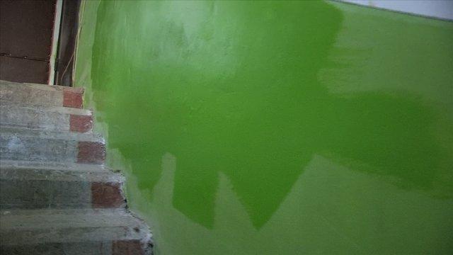 Краска осыпалась и подрядчики решили эту проблему окрасив часть стены новой краской