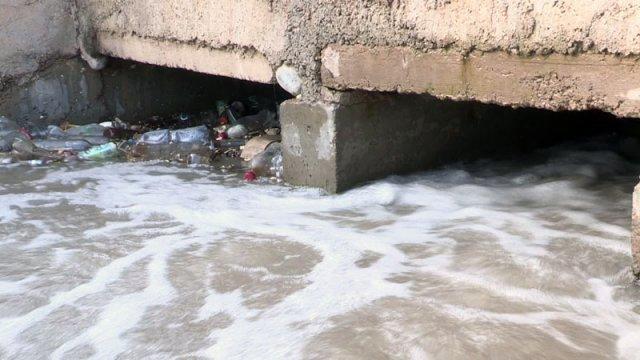 """Двое суток подряд коммунальные службы чистили реку в микрорайоне """"Самал"""""""