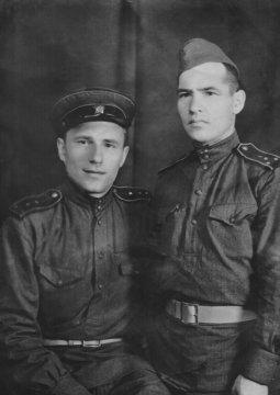 Отец Светы - Александр Климов (слева) с товарищем. 1945 год
