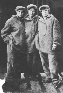 Родственница Даша (крайняя справа). Чимкент, свинцовый завод. 1942 год