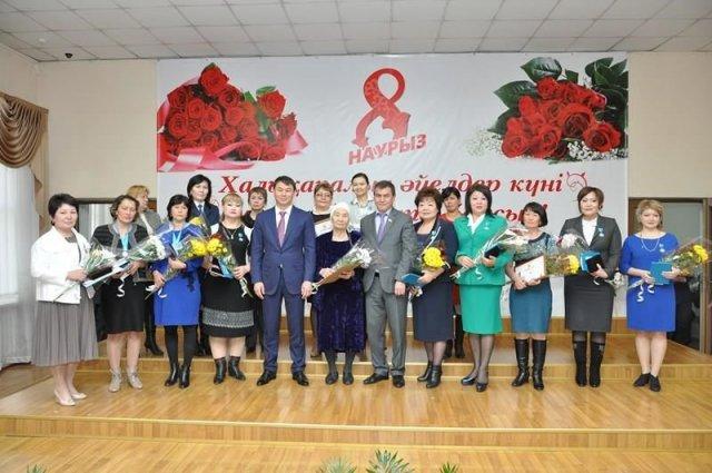 Аким Шымкента поздравил многодетных матерей и женщин-общественниц