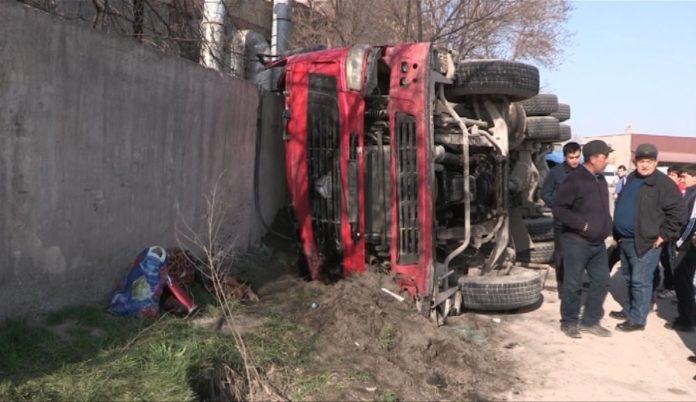 В Шымкенте на скорости перевернулся автомобиль-бетономешалка