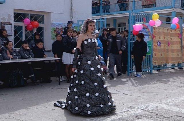 На изготовление платья из мусорных пакетов у Марины ушло 2 недели