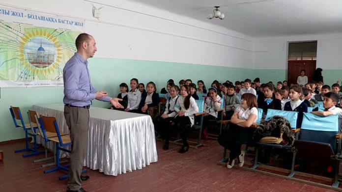 Сотрудники банка учат школьников экономить