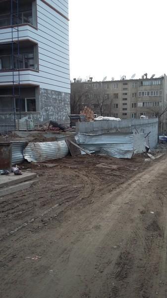Двор превратился в мусорку благодаря стройке