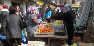 Незаконные уличные торговцы привыкли к рейдам стражей порядка