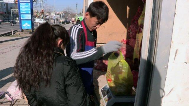 """Продавцы базаров требуют вернуть машину СПК """"Шымкент"""" на прежнее место - вглубь базара"""