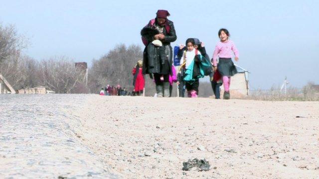 Пока власти устанавливают знаки пешеходных переходов  и рисуют дорожную разметку, учебный год в школах закончится