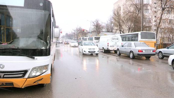 Автобус 84 маршрута провалился в яму прямо на дороге