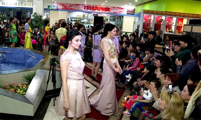 В третьем выходе модели демонстрировали вечерние наряды. В каждом платье, ощущение исключительной причастности к привилегированному классу придавало сдержанная цветовая гамма. Бежевый, зеленный, желтый и сиреневый цвета органично передавали фактуру ткани