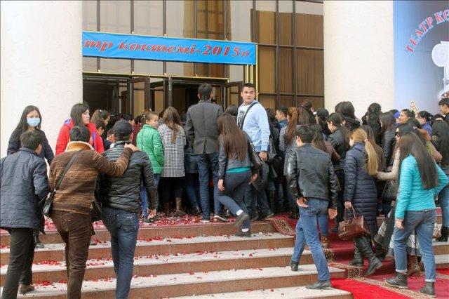 От участников фестиваля не отстают и зрители. Не каждый день на входе в театр образуется пробка из желающих попасть на премьеру
