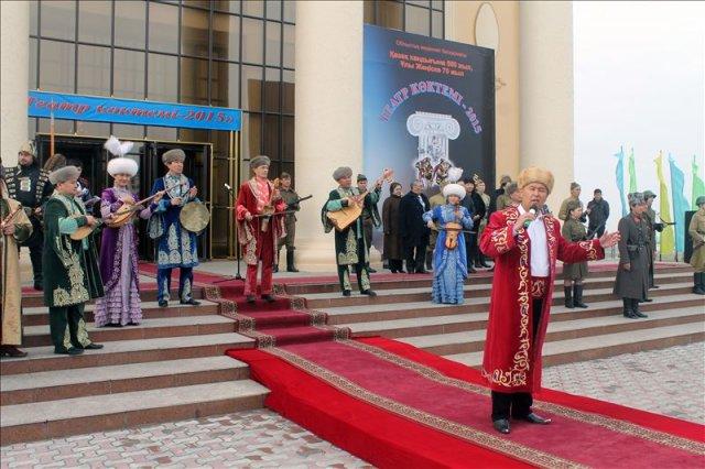 Творческие коллективы Шымкента чествуют актеров восьми театров области