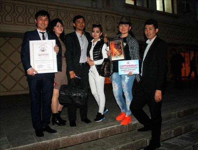 Молодых актеров Жетысайского драматического театра отметили все без исключения члены жюри. Помимо специальных номинаций артисты увезли с собой и искреннее зрительское признание