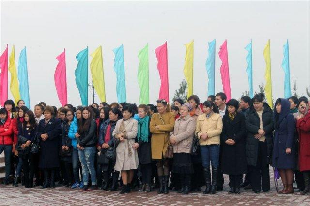 Несмотря на довольно прохладную погоду, зрителей на площади перед театром собралось много