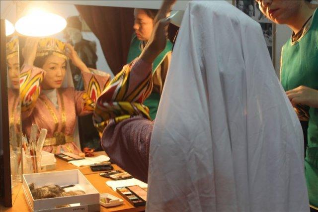 Актриса наводит последние штрихи перед генеральным прогоном спектакля