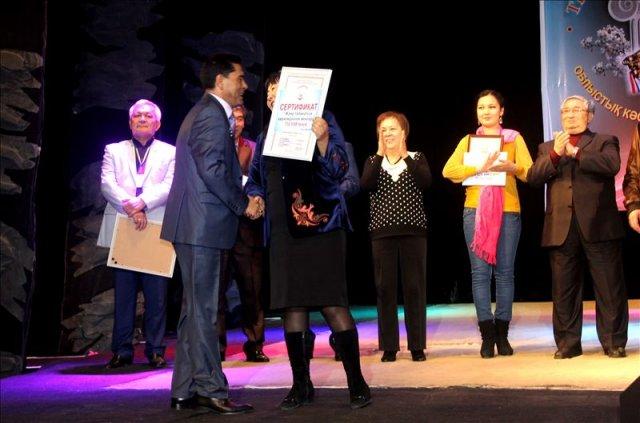 Игорь Вербицкий не только получал награду, но и вручал благодарственные письма от Союза театральных деятелей ЮКО