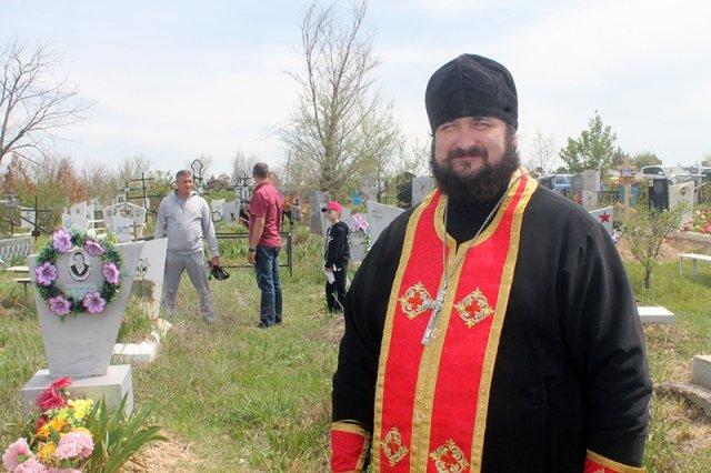 """Отец Николай: """"Люди, которые могут себе позволить устроить праздник на могиле, не ходят в храмы..."""""""