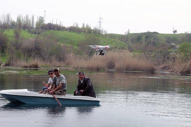 Сотрудники заповедника помогают собрать мусор в лодку