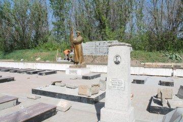 Для реставрации могильных памятников строители пригласили профессиональных художников