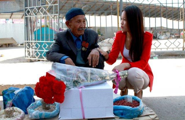 90-летний ветеран ВОВ торгующий семечками просит помощи