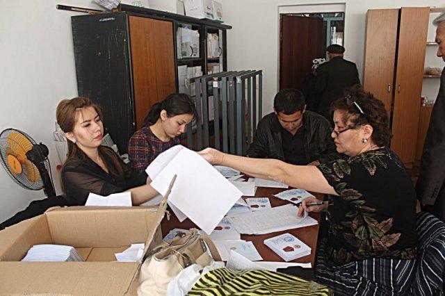 Специалисты городского отдела занятости и социальных программ сортируют списки награжденных ветеранов по районам Шымкента