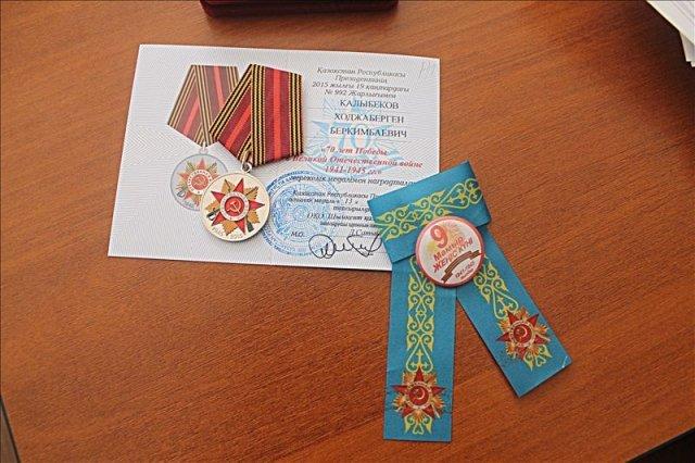 К каждой юбилейной награде прилагается казахстанская ленточка Победы