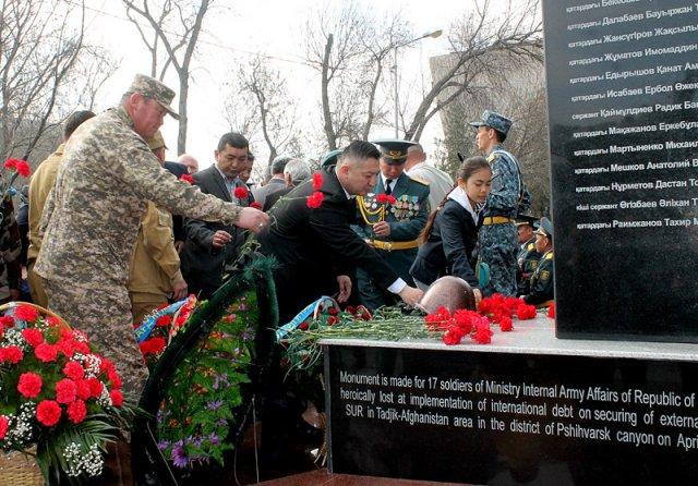 Почтить память и возложить цветы к новому мемориалу пришли более 500 человек