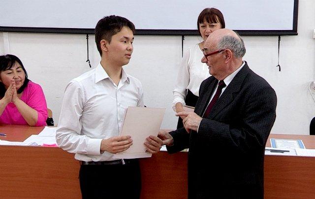 Амирена Джантасова награждают дипломом