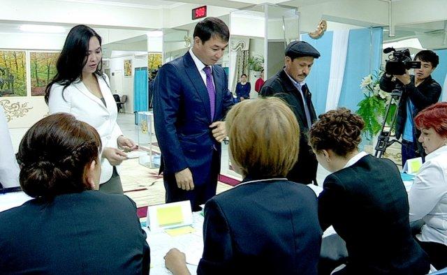 На выборы аким Шымкента Дархан Сатыбалды пришел с супругой