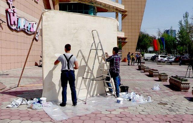Портрет Назарбаева рисуют в центре Шымкента