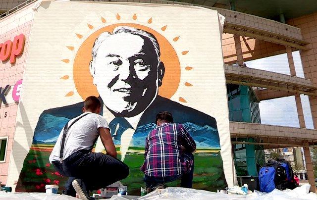 Шымкентские художники нарисовали большой портрет президента Казахстана