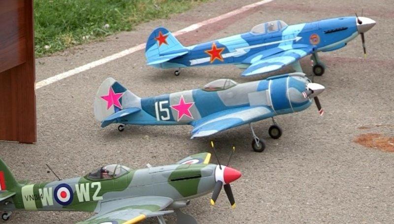 Макеты самолетов, собранных школьниками.